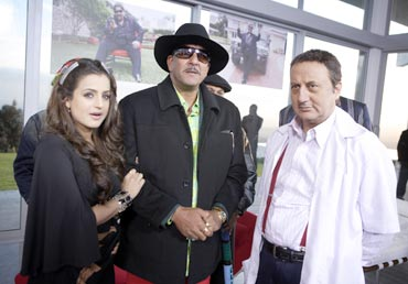 Sanjay Dutt with Ameesha Patel and Anupam Kher in Chatur Singh Two Star