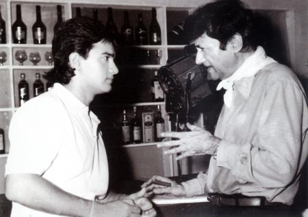 Dev Anand with Aamir Khan on the sets of Awwal Number