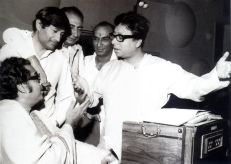 Dev Anand with Kishore Kumar, Sahir Ludhianvi and R D Burman. Yash Chopra looks on