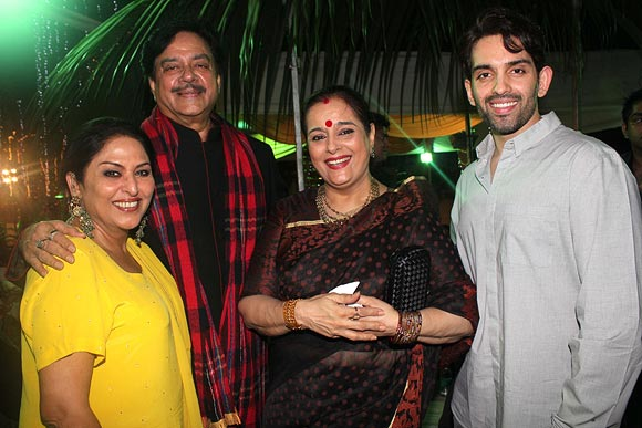 Anju Mahendroo, Shatrughan Sinha with wife Poonam and son Luv Sinha