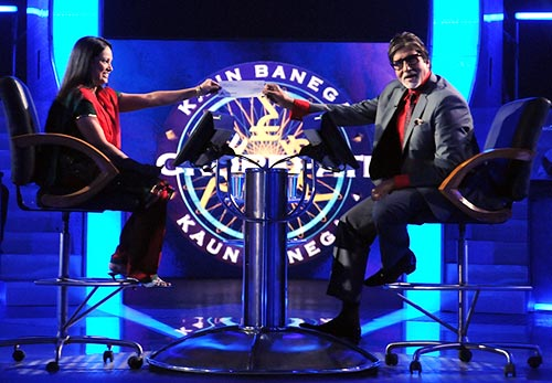 Amitabh Bachchan with a contestant on KBC 5