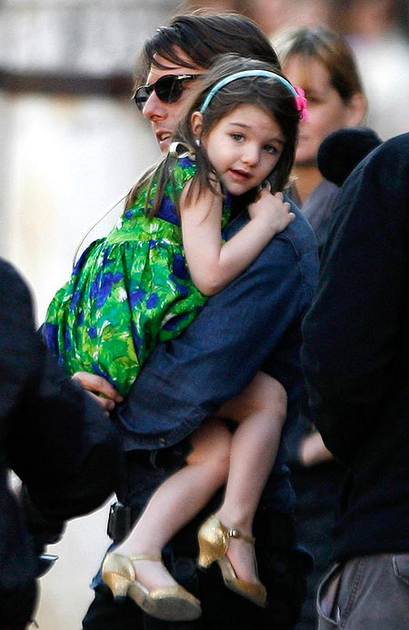 Tom Cruise carries daughter Suri