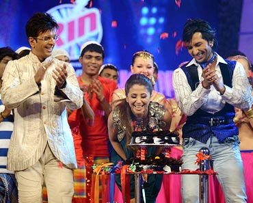 Urmila blows out the candles on her cake while the Chak Dhoom Dhoom team looks on