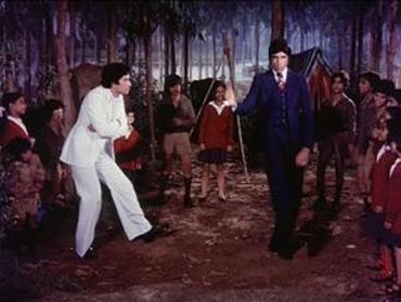 Shashi Kapoor and Amitabh Bachchan in Do Aur Do Paanch