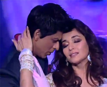 Shah Rukh Khan and Madhuri Dixit performing at the Filmfare awards