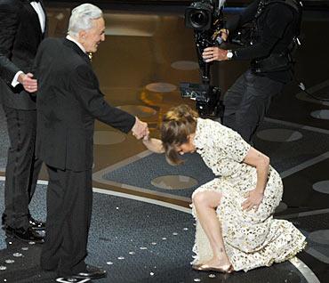 Melissa Leo bows down to Kirk Douglas