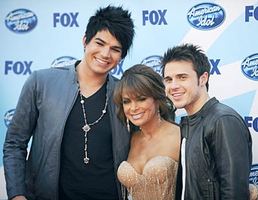 Finalists Adam Lambert and Kris Allen pose with judge Paula Abdul.