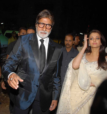Amitabh Bachchan with Aishwarya at the 56th Filmfare awards