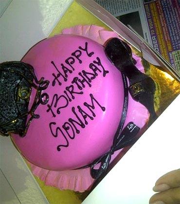 Sonam Kapoor S Fashionable Birthday Cake Rediff Com Movies