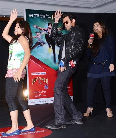 Hrithik shakes a leg with choreographer Vaibhavi Merchant (right) and a contestant