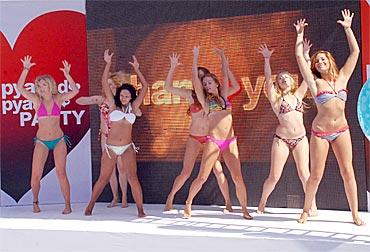 Bikini-clad women dance to Thank You music