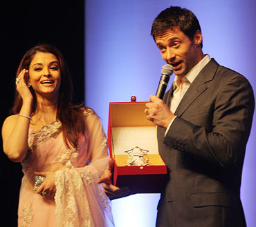 Hugh Jackman poses alongside Aishwarya Rai Bachchan as showing off a Ganesha memento.