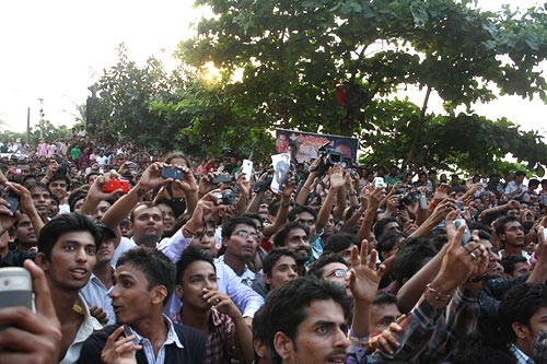 Crowd in front of Shah Rukh Khan's house Mannat