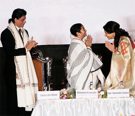 Shah Rukh Khan with Mamata Banerjee and Sharmila Tagore