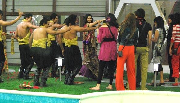 Sunny Leone dances her way inside