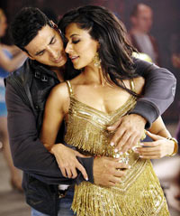 Akshay Kumar and Chitrangada Singh in Desi Boyz