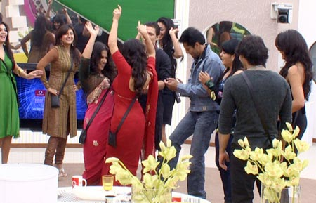 Suny Leone (in red) dances with Vidya Balan
