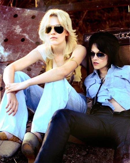 Dakota Fanning as Curri and Kristen Stewart as Joan Jett