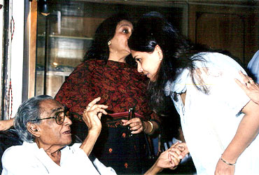 Ashok Kumar with daughter Bharti Jaffrey and grand daughter-in-law Kiran Patel