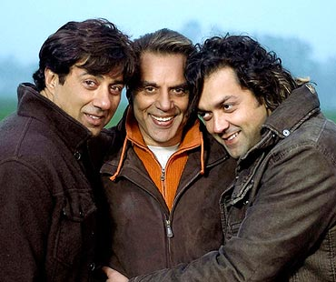 Dharmendra with sons Sunny and Bobby Deol in Apne