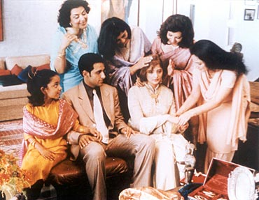 Parvin Dabas and Vasundhara Das (centre) in Monsoon Wedding