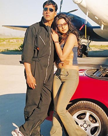 Akshay Kumar and Priyanka Chopra in Andaaz