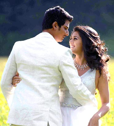 A still from Vandhaan Vendraan