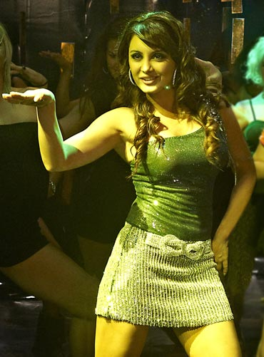 A still from Hum Tum Shabana