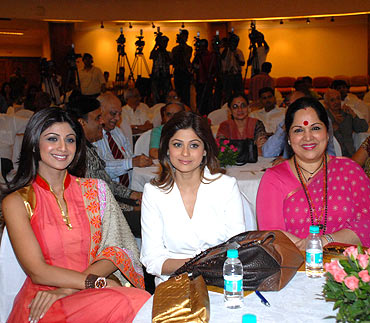 Shilpa Shetty with sister Shamita and mom Sunanda Shetty