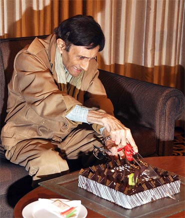 Dev Anand cuts his birthday cake