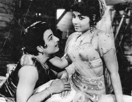 M G Ramachandran and Jayalalitha in Aayirathil Oruvan