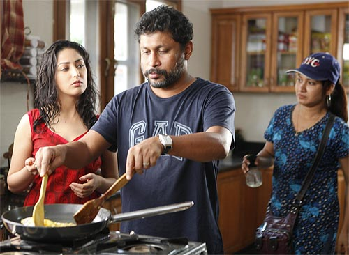 Shoojit Sircar with Yami Gautam on the sets of Vicky Donor