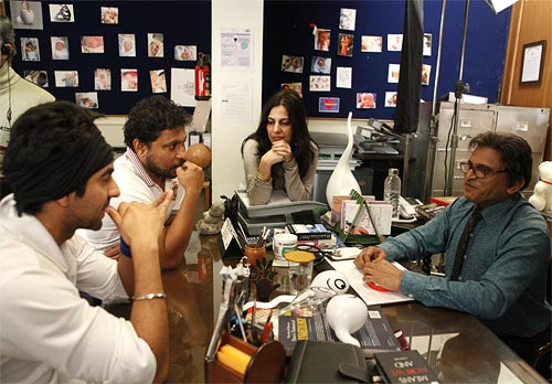 Shoojit Sircar discusses a scene with Ayushmann Khurrana, Juhi Chaturvedi and Annu Kapoor