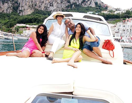 Sridevi with Boney Kapoor, Jahanvi and Khushi