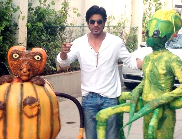 Shah Rukh Khan with the aliens