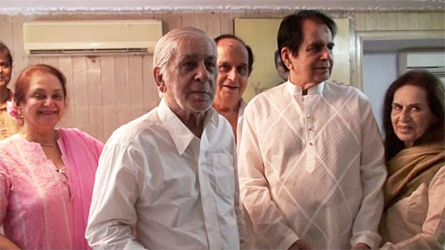 Dilip Kumar with Saira Banu and his siblings Ahsan, Aslam and Saeeda