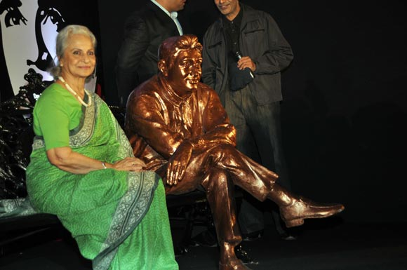 Waheeda Rehman with Dev Anand's brass statue