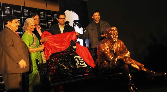 Dev Anand's statue being unveiled by Waheeda Rehman