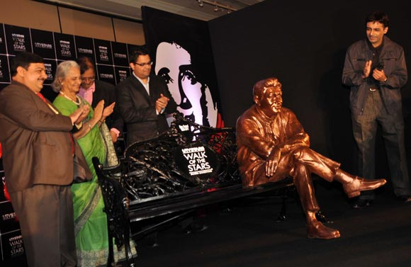 Waheeda Rehman, Suneil Anand clap as Dev Anand's statue is unveiled