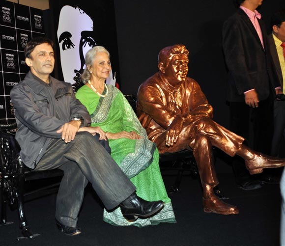 Suneil Anand, Waheeda Rehman with Dev Anand's statue