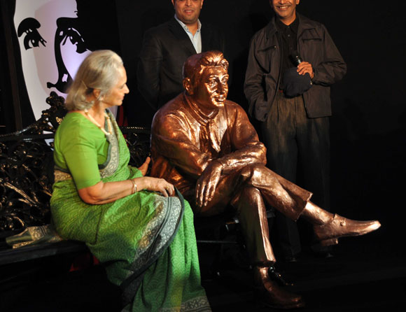 Waheeda Rehman looks at Dev Anand's brass statue