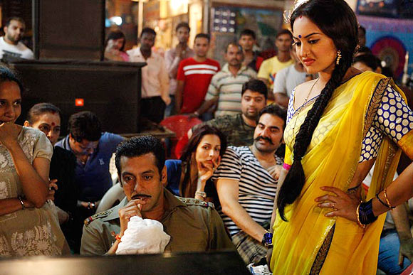 Arbaaz, Salman Khan, Sonakshi Sinha, Malaika Arora Khan on the sets of Dabangg
