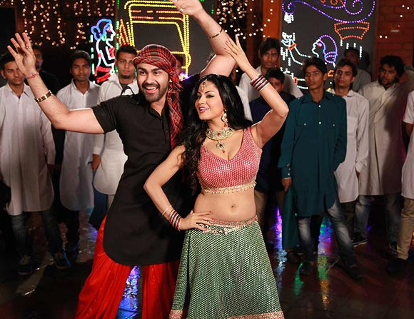 Veena Malik and Arya Babbar in Jatts Golmaal