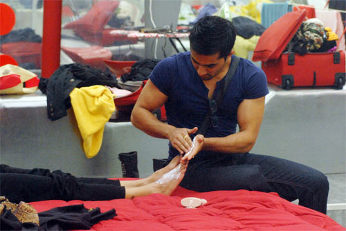 Vishal massages Sana's feet