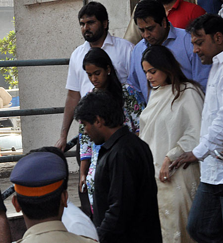 Arpita Khan and Alvira Agnihotri outside the court