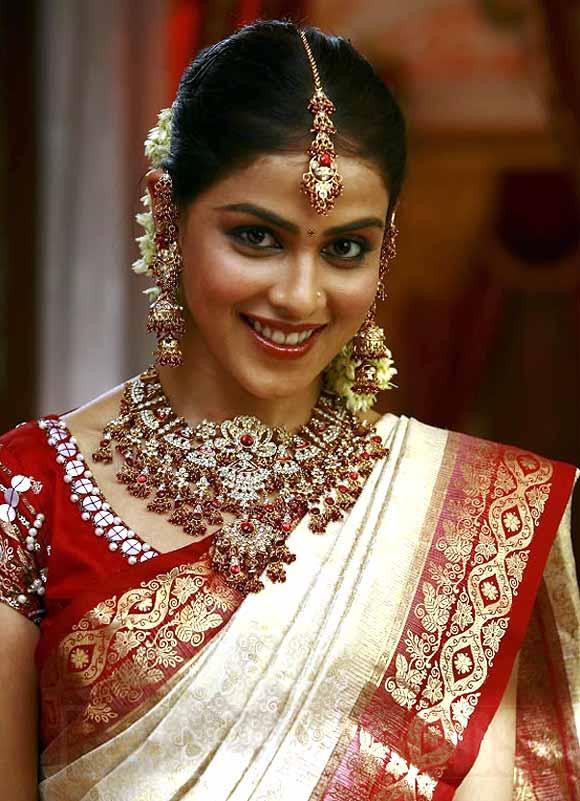 Genelia D'Souza in Uthima Puthiran