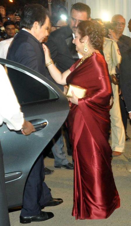 Saira Banu adjusts Dilip Kumar's tie at Boman Irani's son's wedding