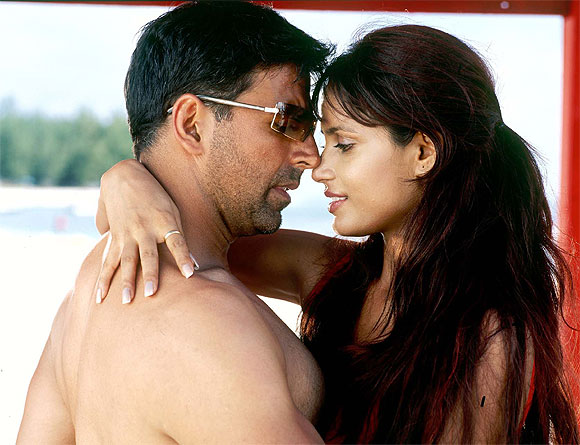 Akshay Kumar and Neetu Chandra in Garam Masala
