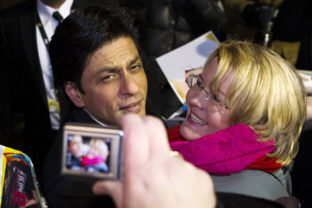 A fan clicks a picture with SRK