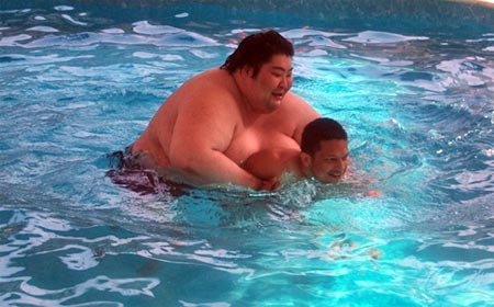 Yamamotoyama wrestles with Sidharth in the pool